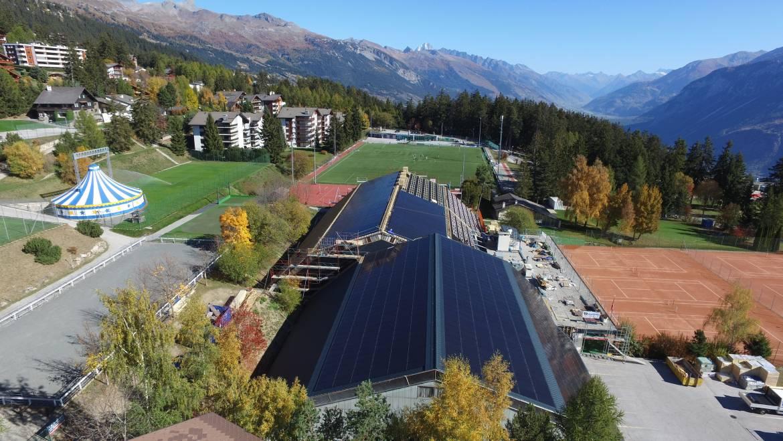 Photovoltaïque et tennis dans les Alpes suisses